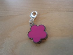 OV006 Pink flower: Hänge med rosa blomma...29:- SÅLD För att se en större bild, klicka på denna länk.