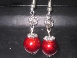OR043 Red rose: Örhängen med röda drizzle pärlor och rosor...55:- SÅLD  För att se en större bild, klicka på denna länk.