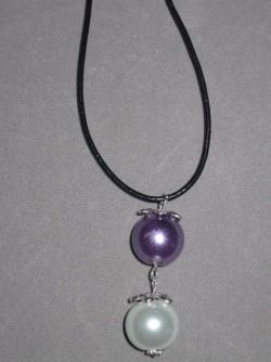 HA079 2 pearl: Halsband med två större pärlor på läderband...60:-  För att se en större bild, klicka på denna länk.