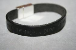NA021 Karma: Stansat läderarmband (1 cm brett) med texten