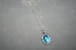HA106 Blue Crystal: Halsband (55 cm långt) med en vacker blå sten...SÅLD För att se en större bild, klicka på denna länk.