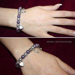 AR012 Madebylove: Armband med elastiskt band med lila och silver pärlor och berlocker...80:- SÅLD