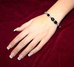 SE013 Pinkgold: Armband med svarta facetterade pärlor och gulddetaljer + tillhörande örhängen...130:-SÅLD