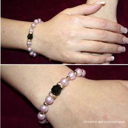 AR015 Blackstone: Armband med elastiskt band med lila och guldpärlor och svart pärla...65:- SÅLD