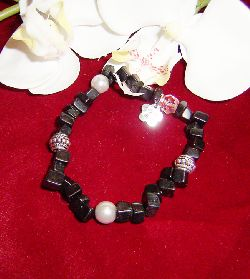 AR024 Black tibet: Armband med elastiskt band med svarta onyx stenar och mellandelar i tibetsilver...65:- SÅLD För att se en större bild, klicka på denna länk.