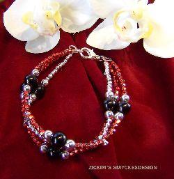 AR028 Pretty red: 3 radigt armband med röda och silver pärlor...69:- SÅLD För att se en större bild, klicka på denna länk.