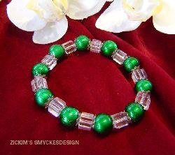 AR029 Hollow box: Armband med elastiskt band med gröna drizzle pärlor och glas kuber...75:- SÅLD