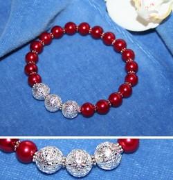 AR037 Reddrop: Elastiskt armband med röda vaxpärlor och 3 filigran pärlor...75:- 45:-För att se en större bild, klicka på denna länk.