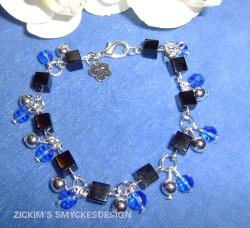 AR038 Blue rock: Armband med svarta glas kuber och pärlor i blått och silver...75:-