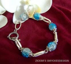 AR040 Frosty bluelink: Armband med blåa krackelerade pärlor och ovala länkar...69:- SÅLD