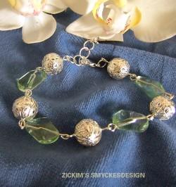 AR044 Green rock: Armband med filigran pärlor samt gröna glas bumlingar...75:- 40:-