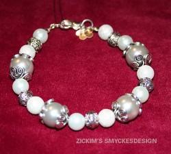 AR047 Grey flower: Armband med grå och vita pärlor...75:- SÅLD  För att se en större bild, klicka på denna länk.