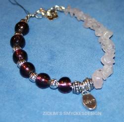AR048 Pink love: Armband med rosenkvartchips och mörklila glaspärlor...75:- SÅLD  För att se en större bild, klicka på denna länk.