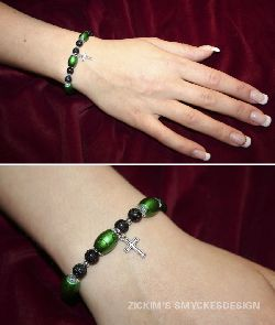 SE019 Drizzle cross: Armband med elastiskt band med gröna drizzle pärlor och ett litet kors + tillhörande örhängen...85:-SÅLD