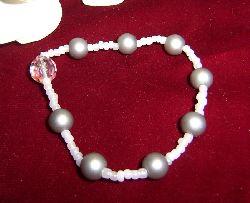 AR032 Little white: Armband med elastiskt band med gråa och vita pärlor...55:- SÅLD