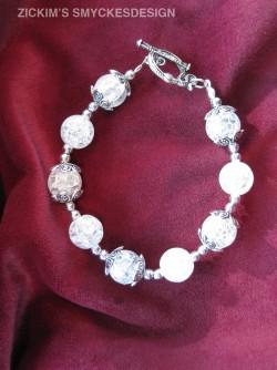 AR052 Crystalball: Armband med vita krackelerade glaspärlor...89:- SÅLD