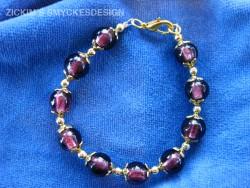 AR053 Purple gold: Armband med lila glaspärlor och  guldfärgade detaljer...69:- SÅLD  För att se en större bild, klicka på denna länk.