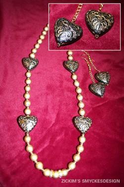 SE028 Golden heart: Halsband med guldfärgade pärlor samt stora hjärtani trä med gulddetaljer + tillhörande örhängen...105:-SÅLDFör att se en större bild, klicka på denna länk.