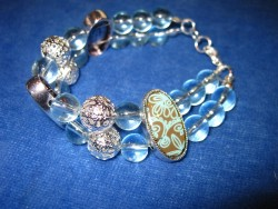 AR065 Antic blue: 2 radigt armband med ljusblå glaspärlor...89:- SÅLD För att se en större bild, klicka på denna länk.