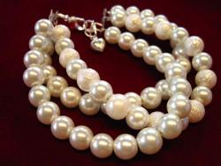 AR066 Classic white: 3 radigt armband med vita pärlor...99:- 69:-  För att se en större bild, klicka på denna länk.SÅLD