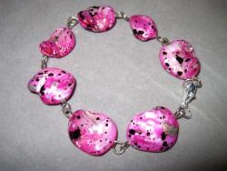 AR067 Spotted candy: Armband med rosa snäckskalspärlor...75:- SÅLD  För att se en större bild, klicka på denna länk.