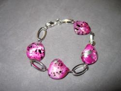 AR068 Spotted candy link: Armband med rosa snäckskalspärlor  och ovala länkar...69:- SÅLD  För att se en större bild, klicka på denna länk.