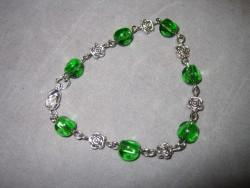 AR071 Green rose: Armband med gröns glaspärlor och  rosor i metall...69:- SÅLD  För att se en större bild, klicka på denna länk.