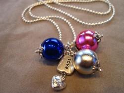HA060 Blue love: Halsband med pärlor med metallisk glans och ett