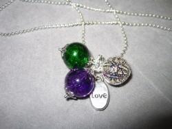 HA061 Purple love: Halsband med krackelerade glaspärlor och ett