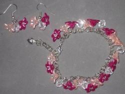 SE036 Pink flower arm: Armband + örhängen med rosa blommor i acryl och glasbicone pärlor...105:- SÅLD  För att se en större bild, klicka på denna länk.
