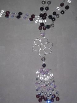 HA081 Long flower: Långt halsband (ca 90 cm) med mörklila och rosa glaspärlor och en stor silverfärgad blomma som hänge...145:- 99:-  För att se en större bild, klicka på denna länk.