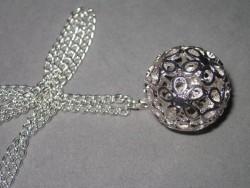 HA084 Flower ball: Längre halsband (ca 70cm) med en stor silvefärgad boll på 25mm...85:- SÅLD  För att se en större bild, klicka på denna länk.