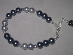 AR100 Grey arm: Armband med gråa pärlor...70:- SÅLD  För att se en större bild, klicka på denna länk.