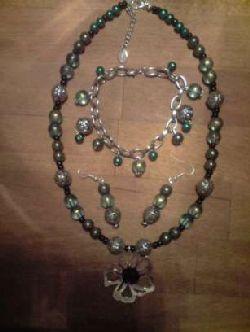 SE002 Greenflower: Halsband i grönt med stor blomma + tillhörande örhängen och berlockarmband...260:-SÅLD