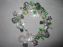 AR098 Green joy: Berlock armband i grönt...110:- SÅLD  För att se en större bild, klicka på denna länk.