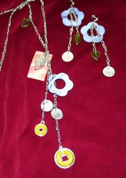 SE021 Flowerpower: Halsband + örhängen med vackra snäckskalsblommor i ljus lila...125:- SÅLD  För att se en större bild, klicka på denna länk.