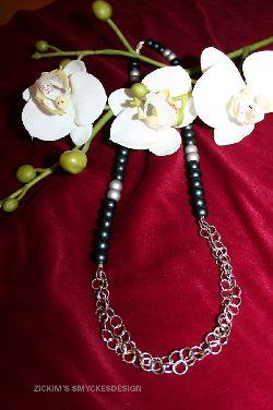 HA010 Blackchain: Halsband med svarta och silver pärlor med kedja som hänge...89:-SÅLDFör att se en större bild, klicka på denna länk.