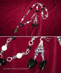 SE015 Green drop: Halsband med svarta hjärtan och en grön droppe som hänge...130:-SÅLDFör att se en större bild, klicka på denna länk.