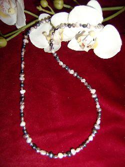 HA019 Saltwater: Halsband (55 cm) med små sötvattenspärlor i påfågelsblå, grå och vit...79:-  För att se en större bild, klicka på denna länk.