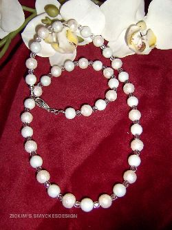 HA021 Frosty: Halsband med vita ispärlor och vax pärlor med kristallklara facetterade mellanpärlor...89:- SÅLD  För att se en större bild, klicka på denna länk.