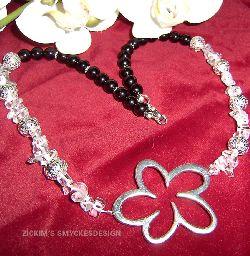 HA022 Crystal flower: Halsband med bergskristalls chips och svarta vaxpärlor samt en stor blomma som hänge...99:- SÅLD  För att se en större bild, klicka på denna länk.
