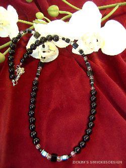 HA024 Black pearl: Halsband med svarta glas kuber och runda pärlor...95:- SÅLD  För att se en större bild, klicka på denna länk.