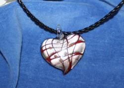 HA026 Silver heart: Vackert stort glashjärta på flätat läderband...95:- SÅLD  För att se en större bild, klicka på denna länk.