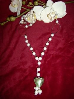 HA030 Greenheart: Längre halsband med vita vaxpärlor och ett grönt glashjärta...75:-SÅLD