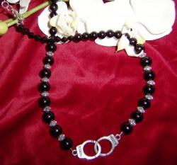 HA031 Handcuffs: Halsband med svarta glaspärlor och handbojjor som hänge...120:- SÅLD