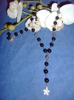 HA032 Little flower: Längre halsband med svarta glaspärlor och en liten blomma som hänge...85:- SÅLD