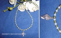 HA033 Green shell: Halsband med små vita och oliv gröna pärlor med vacker snäcka i silver som hänge...90:-SÅLD