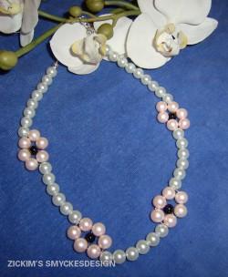 HA037 Pearl flower: Halsband med rosa blommor...95:-SÅLD
