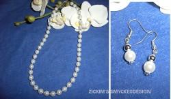 SE026 Pearl princess: Vackert pärl halsband i vitt med små silver pärlor emellan +tillhörande örhängen...75:-SÅLD