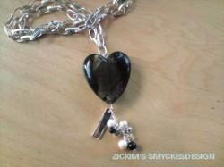HA041 Big heart: Längre halsband (ca 70cm)med grov kedja och ett stort hjärta i glas+ stansbar bricka (valfri text)...110:- SÅLD  För att se en större bild, klicka på denna länk.